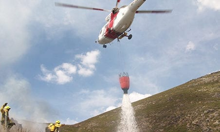 helicoptero-descargando-agua