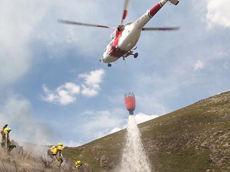 helicóptero-descraga-agua