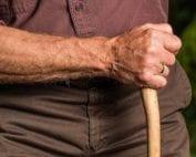 mano-anciano-rural-cachaba-osbo